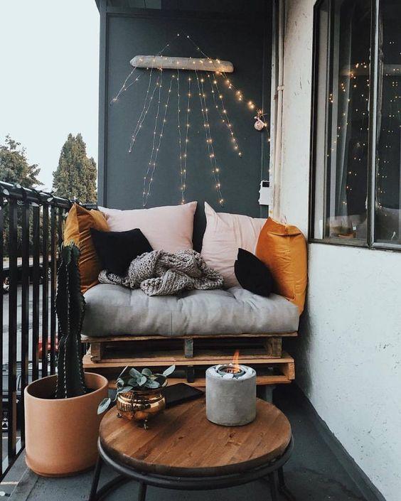 pekne-byvat-paletove-sedenie-na-balkon
