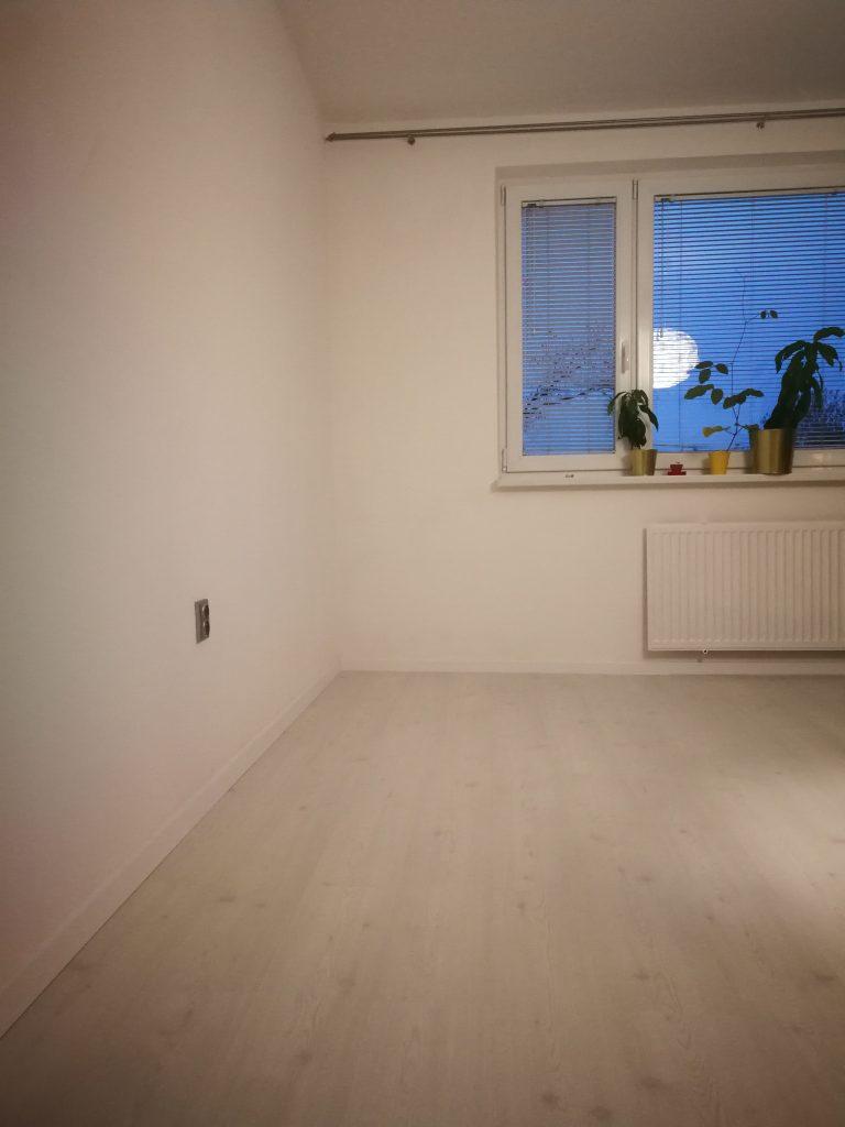 peknebyvat.sk-biela-laminatova-podlaha